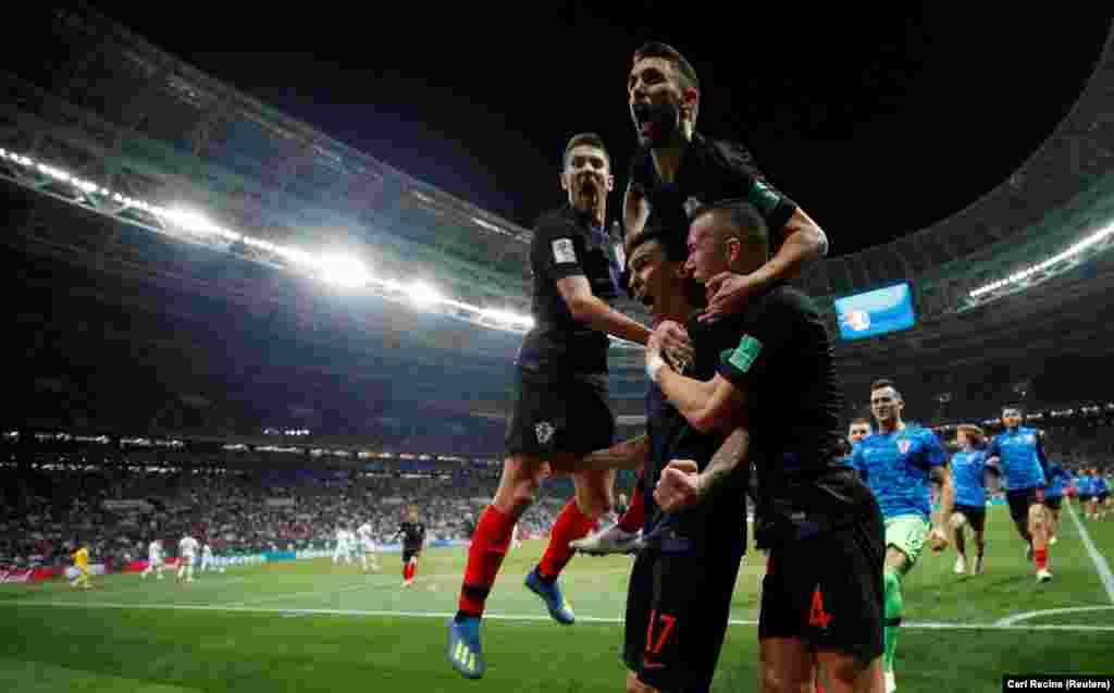 Mario Mandžukić slavi gol sa suigračima