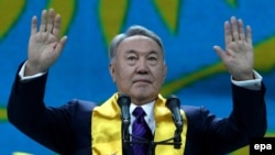 Қазақстан президенті Нұрсұлтан Назарбаев өзінің сайлаудағы жеңісіне арналған шарада қолдаушыларына құрмет білдіріп тұр. Астана, 27 сәуір 2015 жыл.