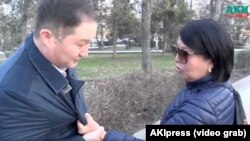 Кызматкерлерди жулкулдаткан аял. (Фото «АКИпресс» агенттигинин видеосунан алынды).