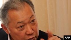 Курманбек Бакиев AFP кабарчысынын суроолоруна жооп берүүдө, 2010-жылдын 9-апрели, Жалал-Абат.
