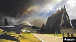 Pamje nga hapësirat e përfshira nga zjarret në Kolorado Springs, ku gjendet edhe një Akademi ushtarake