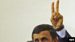 محمود احمدینژاد، رییس جمهور ایران، پس از اعلام توافق ایران با ترکیه و برزیل دست خود را به نشانه پیروزی بالا می برد.