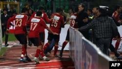 بازیکنان تیم الاهلی درحال فرار از میدان مسابقه با تیم المصری