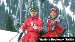 Президент России Владимир Путин и президент Казахстана Нурсултан Назарбаев на горнолыжном курорте «Шымбулак» под Алматы. 2 марта 2002 года.