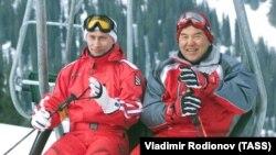 Президент России Владимир Путин (слева) и Нурсултан Назарбаев (в бытность президентом страны) на горнолыжном курорте вблизи Алматы. Архивное фото.