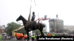 Демонтаж статуи генерала конфедеративной армии Стоунволла Джексона в Ричмонде, штат Вирджиния, 1 июля 2020 года