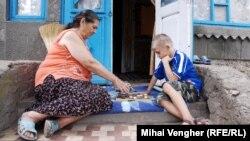 Mii de copii au rămas în grija buneilor şi a altor rude urmare a migraţiei în masă