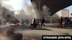 Жанармайдың қымбаттауына наразы адамдар. Исфахан, Иран, 16 қараша 2019 жыл.