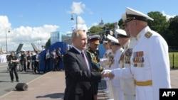 რუსეთის პრეზიდენტი ვლადიმირ პუტინი და თავდაცვის მინისტრი სერგეი შოიგუ სანქტ-პეტერბურგში სამხედრო ხელმძღვანელობასთან შეხვედრისას 2020 წ. 26 ივლისს.
