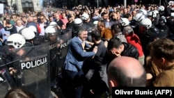 Boško Obradović ispred kordona policije na protestima u nedelju 17. marta.