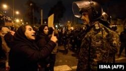 Иран билігіне қарсы және елдің қарулы күштері атып түсірген украиналық жолаушы ұшағы құлағанда қаза тапқандарды еске алуға жиналған наразылар Тегерандағы университеттің жанында тұр. 12 қаңтар 2020 жыл.