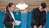 Kazakhstan - Voters cast their ballots at a polling station during Kazakhstan's presidential elections in Nur-Sultan on June 9, 2019. (Photo by VYACHESLAV OSELEDKO / AFP)