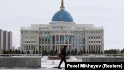 Ақорда ғимараты алдында кетіп бара жатқан адам. Астана, ақпан айы 2019 жыл.