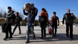 Afghan refugees cross the border into Afghanistan's Nimroz Province after they were deported by Iran. (file photo)