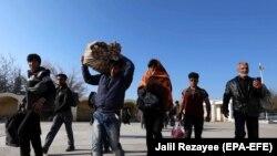 مشکلات اقتصادی در ایران و کمرنگ شدن بازار کار در آن کشور مهاجرین افغان را وا داشته است تا به کشور برگردند.