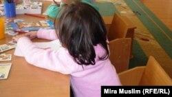 """Девочка, инфицированная ВИЧ, в игровой комнате центра """"Мать и дитя"""". Шымкент, октябрь 2010 года."""