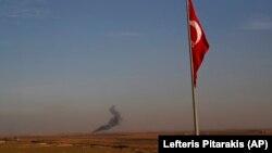 ارشیف، سوریه کې د ترکيې له لوري له یوې بمبار شوې سیمې پورته شوي لوګي