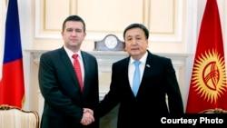 Спикер парламента Кыргызстана Асылбек Жээнбеков (справа) и председатель палаты депутатов парламента Чехии Ян Гамачек.