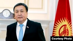 Президент Сооронбай Жээнбековтің туысы депутат Асылбек Жээнбеков.