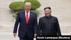 АҚШ президенті Дональд Трамп пен Солтүстік Корея лидері Ким Чен Ынның екі Корея арасындағы демилитаризация аймағында кездескен сәті. 30 маусым 2019 жыл.