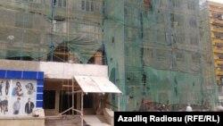 Yanan bina təmir olunur