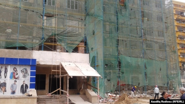 Bakının Mətbuat prospektindəki penoplastlı binada üzlüklər dağılır-VİDEO
