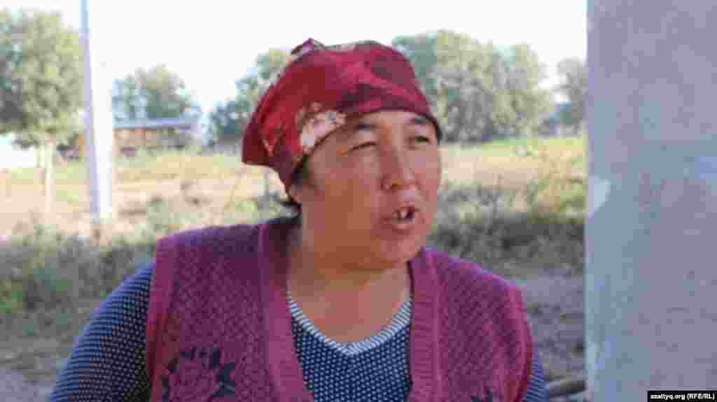 Пятеро детей Мунисы Ганибаевой ездят в школу в соседнее село. Она говорит, что порой вместиться в тесный автобус все ученики не могут, поэтому некоторые идут пешком.