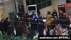 Очередь к банкоматам в торговом центре Ашхабада