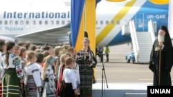 Вселенський патріарх Варфоломій I слухає виступ українського дитячого хору під час зустрічі його в аеропорту «Бориспіль», 25 липня 2008 року. Він тоді прибув на українську землю для участі в заходах з нагоди 1020-річчя Хрещення України-Руси