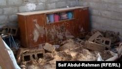 غرفة في منزل منهار بسبب الأمطار والرياح في حي عشوائي بالكوت
