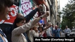 Aktivisti Združene akcije Krov nad glavom sprečavaju iseljavanje porodice iz stana u Beogradu 2017. godine