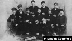 Həbib bəy Mahmudbəyov yaratdığı teatrın aktyorları ilə birgə, 1888.