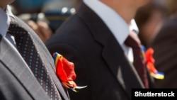Ukrainada georgiý lentalarynyň ornuny ukrain baýdagynyň reňklerinden emele gelen lentaly gyzyl güller eýeledi.