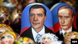 Дмитрий Медведев начал жить в портретах сразу после путинского благословения