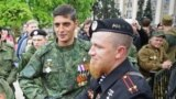 """Giwi"" lakamy bilen tanalýan Mihail Tolstyh (ç) we ""Motorola"" lakamy bilen tanalýan Arseniý Pawlow (s), Donetsk, 2015."