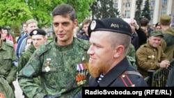Боевики группировки «ДНР» Михаил Толстых («Гиви») и Арсен Павлов («Моторола»), которых обвиняют в совершении военных преступлений. Оккупированный Донецк, 9 мая 2015 года
