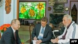 Fidel Castro (djathtas) dhe Vladimir Putin (majtas) gjatë një takimi në Kubë në korrik të vitit 2014