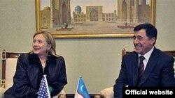 Hillari Klinton Toshkentda TI vaziri Vladimir Norov bilan, 2010 yilning 2 dekabri