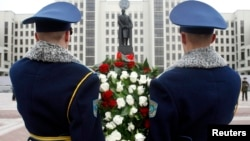 Почетный караул возлагает венок к памятнику Ленину в Минске. 7 ноября 2013 года.
