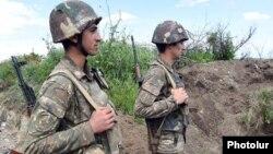ԼՂ ՊԲ զինծառայողները շփման գծում մարտական հերթապահության ժամանակ, արխիվ