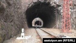 Ձորագետցիները ստիպված են ամեն օր երկար ճանապարհ կտրել՝ քայլելով երկաթգծի վրայով ու նախապես ճշտելով գնացքների երթևեկի ժամերը
