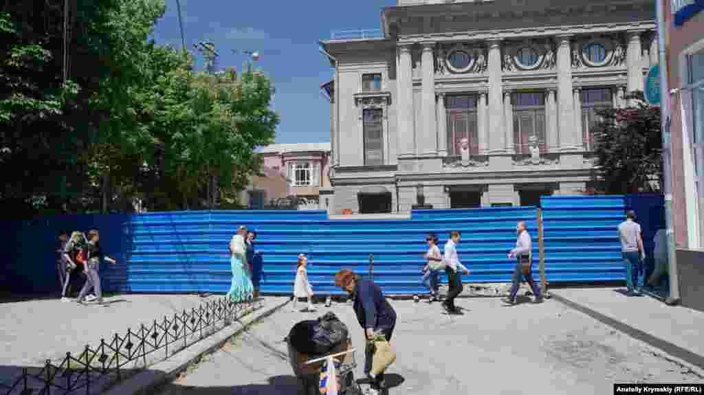 Вид на театр по той бік паркану