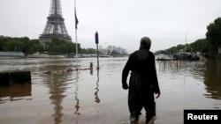 Париждің су басқан көшесі. Франция, 2 маусым 2016 жыл.