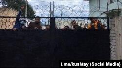 Фаиль Алсынов (второй слева) среди активистов, арестованных 15 августа во время протестов на горе Куштау