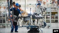 Кытайдагы автомобиль чыгаруучу завод.