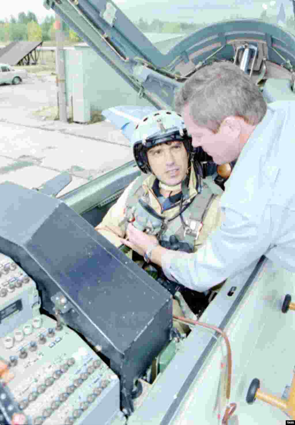 """Борис Немцов """"МиГ"""" әскери ұшағы кабинасында ұшуға дайындалып отыр. 1996 жылы қыркүйекте Нижегород облысының губернаторы жергілікті """"Сокол"""" авиация зауытында жасалған дыбыстан ұшқыр МиГ-29 ұшағымен екінші ұшқыш ретінде ұшты. Ұшақ 35 минут әуеде болды."""