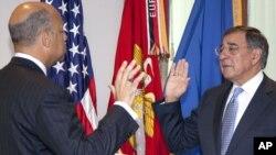 Леон Панетта (справа) на церемонии вступления в должность
