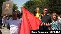 Демонстранты с советским флагом и портретом Сталина во время празднований Дня Победы. Алматы, 9 мая 2013 года.