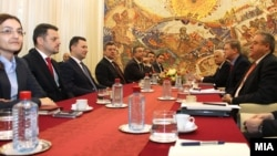 Претставници на ЕУ посредуваа за надминување на политичката криза во Македонија.