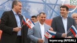 Сергей Аксенов (с), Владимир Константинов һәм Рөстәм Тимергалиев Акмәчеттә 1 Май демонстрациясендә.